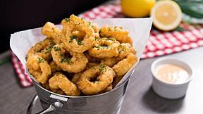 """แจกสูตรฟรี """"ปลาหมึกชุบแป้งทอด"""" ซีฟู้ดทอดกรอบสไตล์อิตาเลียนที่ใครกินต้องร้องว้าว!"""