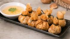 """วิธีทำ """"ถุงทอง"""" อาหารว่างไทยโบราณ ชื่อดีมีความเป็นมงคล"""