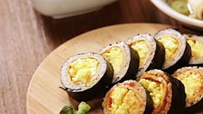 炒蛋紫菜包飯 Egg Scramble Gimbap